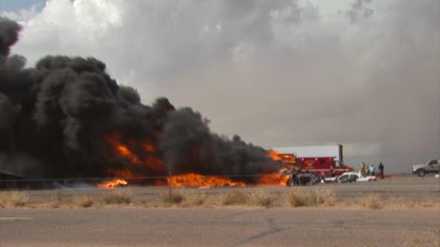 vídeos de stock, filmes e b-roll de ws accident scene, burning cars in car crash caused by sandstorm, usa. - usa