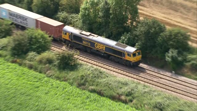 accidents: aerials derailed cargo train near ely; england: cambridgeshire: near ely: ext air views derailed cargo train at ely north and engineers on... - 脱線点の映像素材/bロール