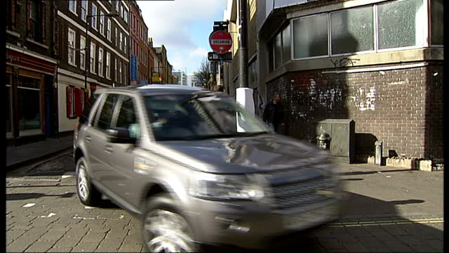 brick lane pilot scheme to avoid texters hitting lampposts; men walking and texting and bumping into lampposts protested with lamppost pads traffic... - vermeidung stock-videos und b-roll-filmmaterial