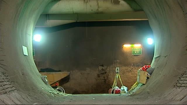 crossrail worker rene tkacik death family arrive for inquest lib whitechapel dumper truck unloading materials in tunnel at crossrail construction... - クロスレール路線点の映像素材/bロール