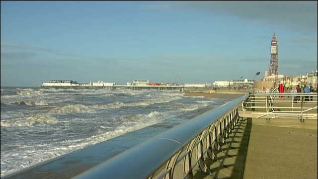 police call off search for man swept into the sea on new year's day; england: lancashire: blackpool: ext gv beach and promenade chain and 'no access'... - segnale informativo video stock e b–roll