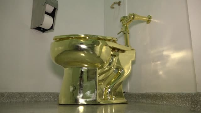 according to reports new york's guggenheim museum has offered trump a fully functioning golden toilet from its collection in lieu of a van gogh... - bagno video stock e b–roll