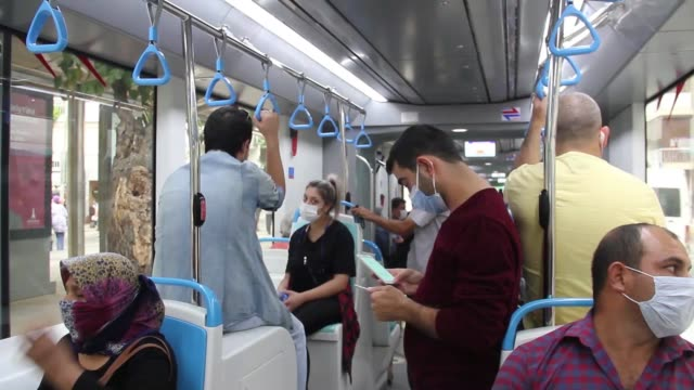 vídeos de stock e filmes b-roll de according to the interior ministry, citizens in 81 provinces of turkey are obligated to wear masks without exception in all areas due to prevention... - enfeites para a cabeça
