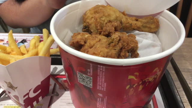 vídeos y material grabado en eventos de stock de according to the recent report, in last quarter, kfc's same-store sales grew 5%, which accounted for about two-thirds of yum china's total sales. but... - pollo frito