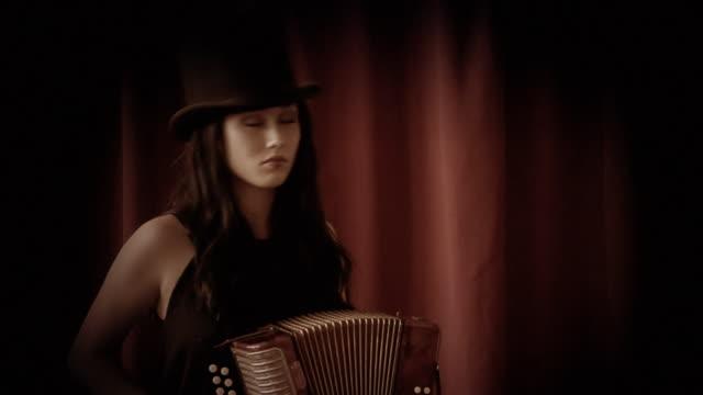 vídeos y material grabado en eventos de stock de acordeón chica - acordeonista