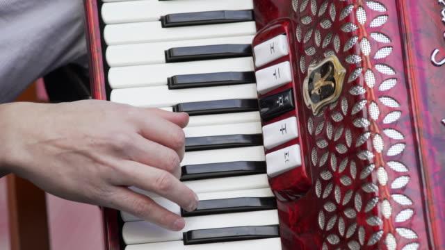 vídeos y material grabado en eventos de stock de acordeón jugador realiza en etapa de primer plano (4 k uhd) / - acordeonista