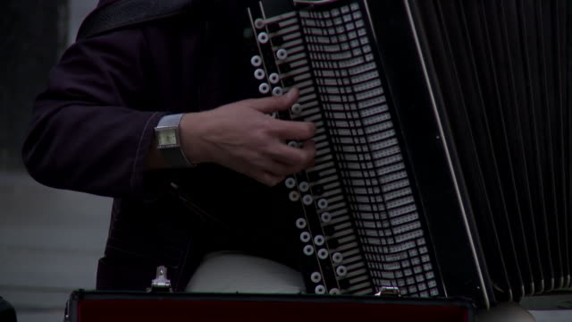 vídeos de stock e filmes b-roll de ms pan accordion player playing in streets / dresden, saxony, germany - acordeão instrumento