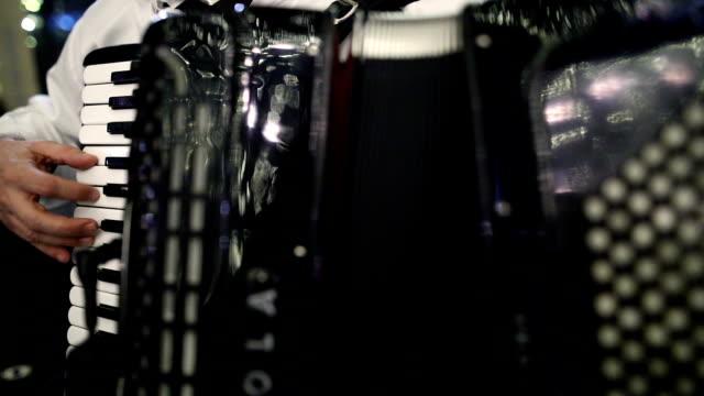 vídeos de stock e filmes b-roll de accordion player - acordeão instrumento