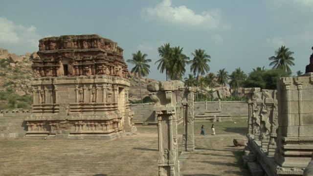 ms, achyuta raya temple, hampi, karnataka, india - solfjäderspalm bildbanksvideor och videomaterial från bakom kulisserna