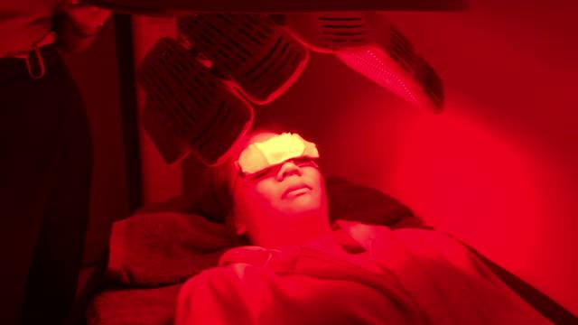 vídeos de stock, filmes e b-roll de tratamento de rosto acne com ultra-som - dermatologia