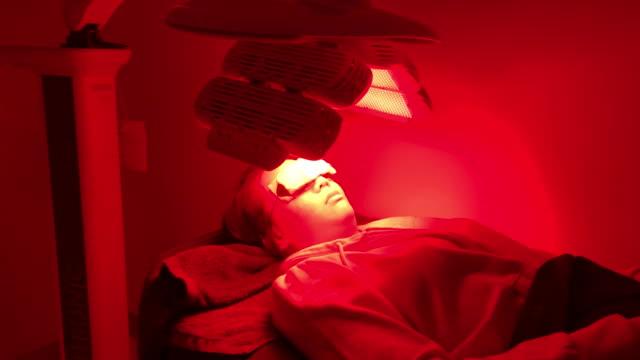 vídeos y material grabado en eventos de stock de tratamiento de acné facial con ultrasonido - limpiador facial
