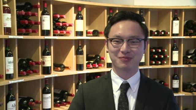 vídeos de stock, filmes e b-roll de acostumbrados a echar soda al vino los chinos ahora quieren descubrir la magia de un sommelier y en un futuro exportar mejores vinos a china - vino