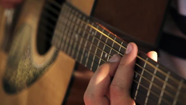 vídeos y material grabado en eventos de stock de acoustic guitar - closeup - diapasón instrumento de cuerdas
