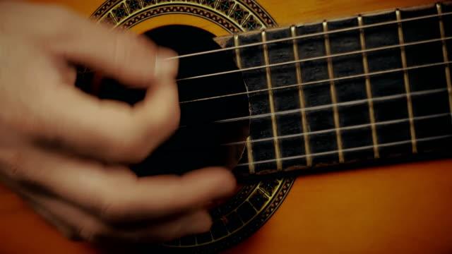 アコースティック ギターの音楽家の手の中 - アコースティックギター点の映像素材/bロール