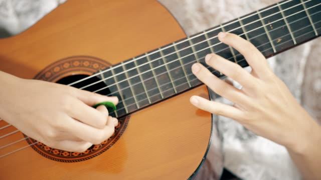vídeos de stock, filmes e b-roll de violão acústico  - porto riquenho