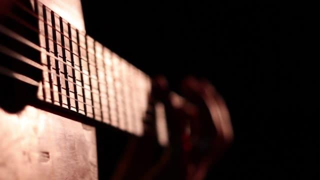 acoustic guitarist finger tapping - griffbrett stock-videos und b-roll-filmmaterial