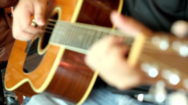 vídeos de stock, filmes e b-roll de acústica guitarrista joga fácil listerning música close-up - cantar