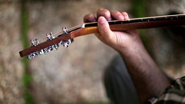 vidéos et rushes de acoustique guitariste jouant accords, gros plan - guitare imaginaire