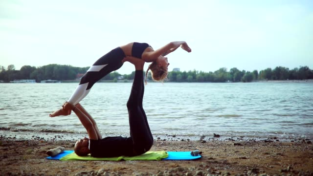 stockvideo's en b-roll-footage met acro yoga - trust