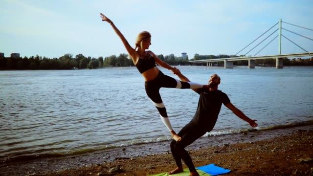 vídeos de stock, filmes e b-roll de acro ioga - confiança