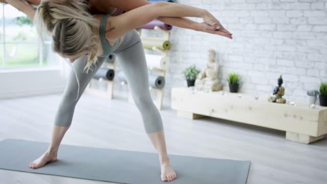vídeos de stock, filmes e b-roll de acrobática de ioga - boa postura