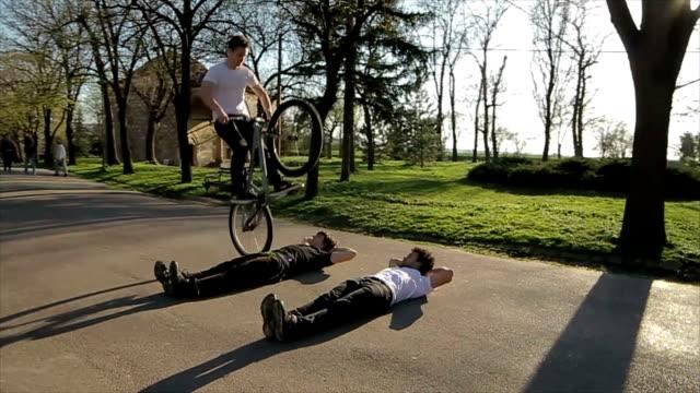 akrobatik auf dem fahrrad - akrobat stock-videos und b-roll-filmmaterial