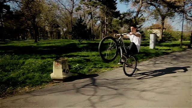 vidéos et rushes de compétences d'acrobaties sur le vélo - danger