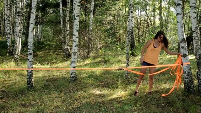 akrobatik-training-vorbereitung in der natur - seil stock-videos und b-roll-filmmaterial