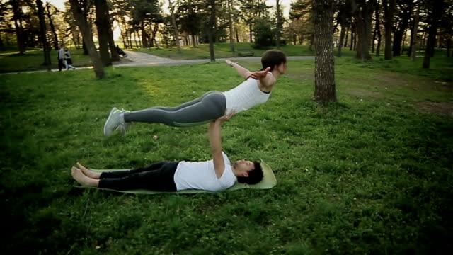 akrobaten, die ausbildung in paar - akrobat stock-videos und b-roll-filmmaterial