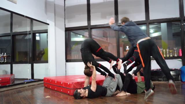 akrobatentraining mit kraftunden und balance - akrobat stock-videos und b-roll-filmmaterial