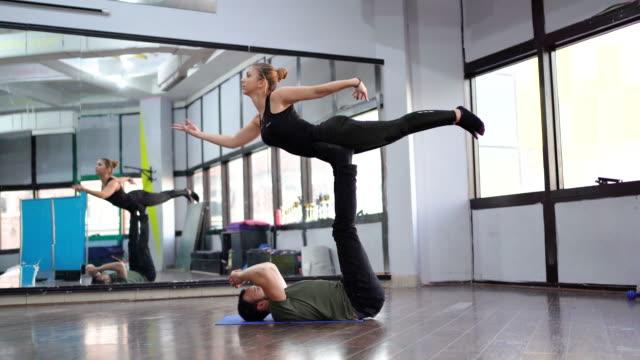 stockvideo's en b-roll-footage met acrobaten training met kracht vaardigheden en balans - acrobaat