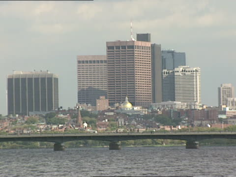 across charles river looking at boston's state house downtown in bg pan right to john hancock amp prudential towers - ボストン バックベイ点の映像素材/bロール