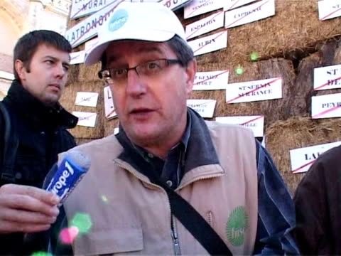 across france, farmers took to the streets on friday to protest dropping prices for their produce. the fnsea farmers union said 52,000 people had... - satira video stock e b–roll