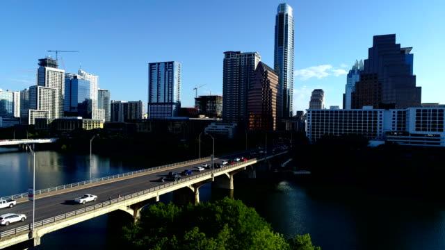 vídeos de stock e filmes b-roll de across south congress avenue bridge above town lake in austin texas skyline cityscape aerial drone view morning sunshine - town