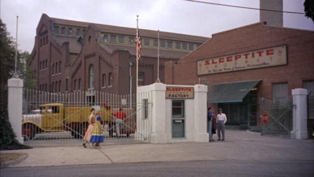 vídeos de stock, filmes e b-roll de ms across street to sleeptite factory - portão