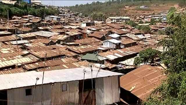 stockvideo's en b-roll-footage met action 2015 campaign launched to tackle global poverty report from kibera kenya nairobi kibera ext high angle shot of metal huts of shanty town /... - sloppenwijk