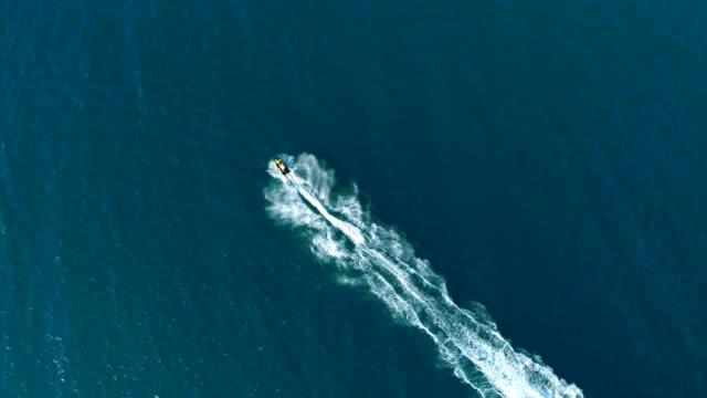 アクション次の海の水のジェット無人機の空中ショット