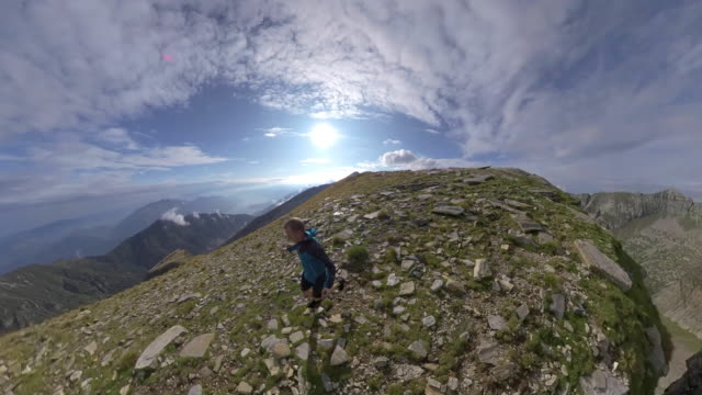 stockvideo's en b-roll-footage met actie camera zwevende weergave van trail runner van bovenaf loopt langs ridge - gymbroek