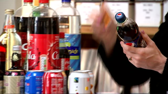 stockvideo's en b-roll-footage met 'action on sugar' group calls on government to reduce levels of sugar in fizzy drinks england london int fizzy drinks on table pan action on sugar... - vermindering
