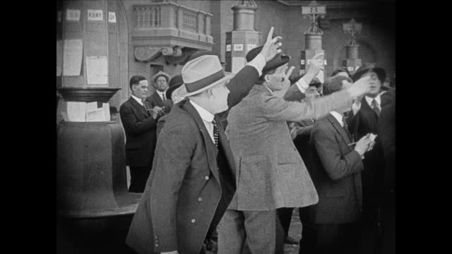 vídeos de stock, filmes e b-roll de 1920 action on the trading floor is at its peak - 1920