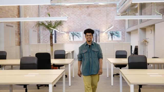 stockvideo's en b-roll-footage met action portrait of smiling mid adult male real estate agent - vrijetijdskleding