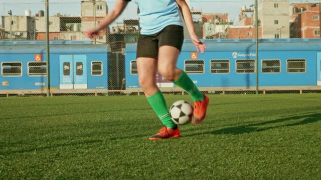 vídeos de stock e filmes b-roll de action portrait of young hispanic female footballer - buenos aires