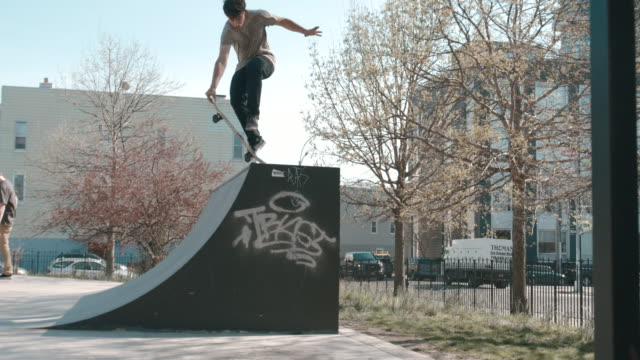 vídeos de stock, filmes e b-roll de action shot of a skateboarder grinding a ledge in brooklyn, nyc - 4k - inclinação