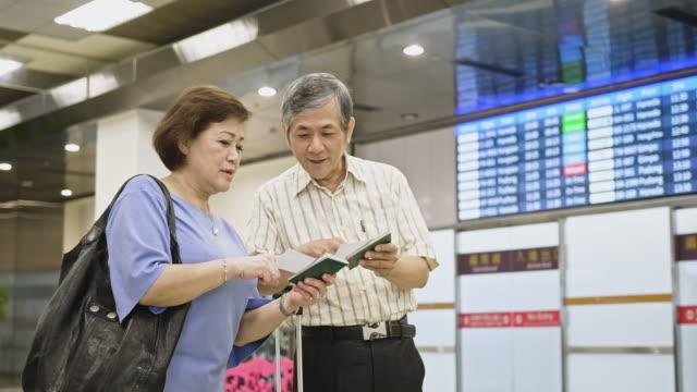 空港でチケットをチェックするアジアのシニア - passenger点の映像素材/bロール