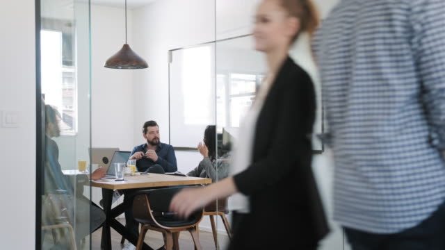 aktiva affärskollegor och idéutveckling - blurred motion bildbanksvideor och videomaterial från bakom kulisserna