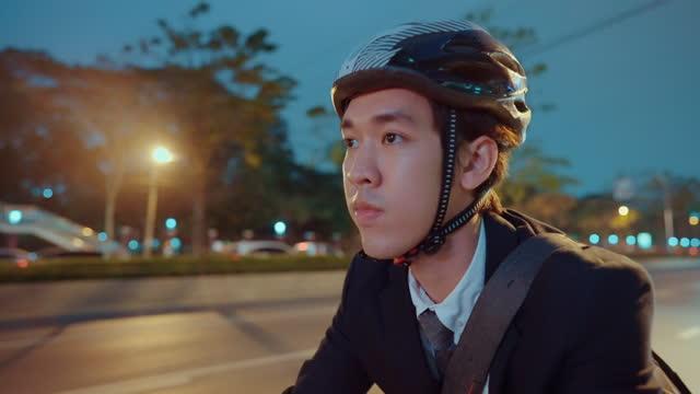 vídeos y material grabado en eventos de stock de empresario activo en bicicleta en la ciudad. - distante