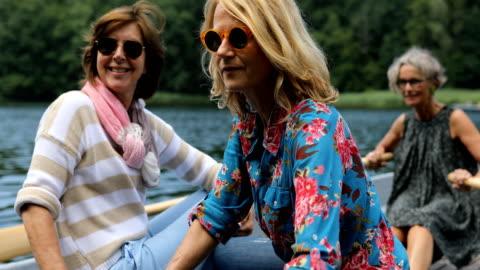 aktive freundinnen genießen boot fahren in see - mature women stock-videos und b-roll-filmmaterial