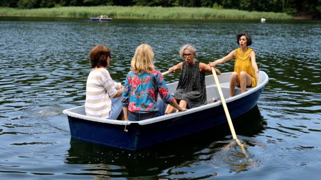 湖でボートを楽しむアクティブな女性の友人が乗る - 小型船舶点の映像素材/bロール