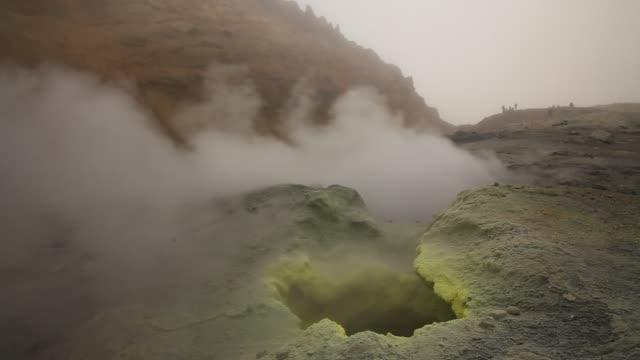 vídeos de stock e filmes b-roll de active fumaroles. kamchatka, russia - áudio disponível online