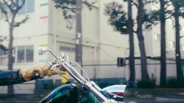 東京でバイクに乗るアクティブな日本のシニア - バイカー点の映像素材/bロール